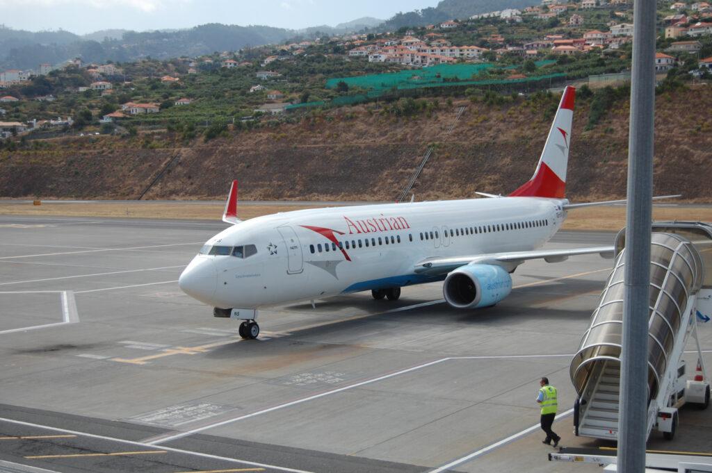 Ein Flugzeug der Austrian Airlines steht am Rollfeld des Flughafens von Funchal in Madeira.