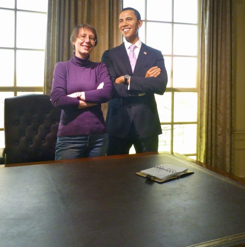 Uli Pauer steht neben der Wachsfigur von Barak Obama. Es ist das Oval Office nachgebildet. Madame Tussaud's in Wien.