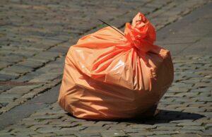 Oranger Müllsack auf der Strasse. Wie kannst du das nur wegwerfen?