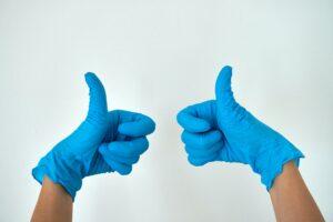 2 Hände in blauen Plastikhandschuhen mit Leichtigkeit entrümpeln