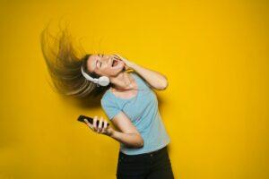 Frau tanzt mit Kopfhörern