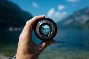 Kameraobjektiv fokussiert auf Landschaftsdetail