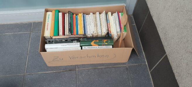 Bücher wegwerfen Bücher in Box mit Aufschrift Zu Verschenken