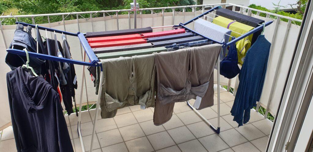 Wäscheständer mit Wäsche am Balkon