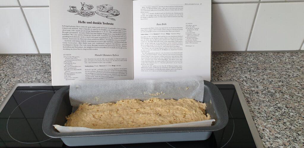 Bananenkuchenrezept und Bananenkuchenteig, bevor er in das Backrohr geschoben wird.