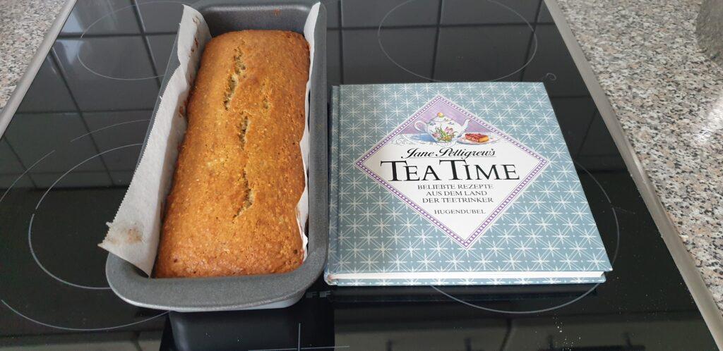 Fertiger Bananenkuchen und Kochbuch: Jane Pettigrew's Tea Time