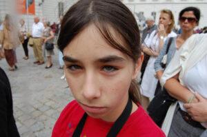 Tochter schaut böse weil sie Fotos machen soll